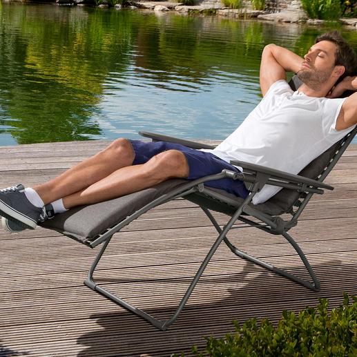 Anders als bei herkömmlichen Lounge Chairs lassen sich Rücken- und Fußteil hier stufenlos neigen.  Statt an Gummischnüren ist der Bezug an 52 dauerhaften Kunststoff-Clips aufgehängt.