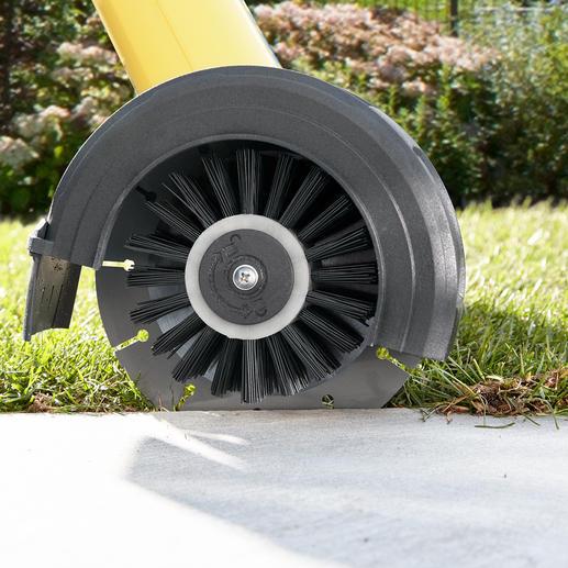 Der Kantenschneider-Aufsatz (separat erhältlich) schneidet Wege und Randsteine frei von überstehendem Gras und fegt überhängende Graswurzeln von den Steinkanten.