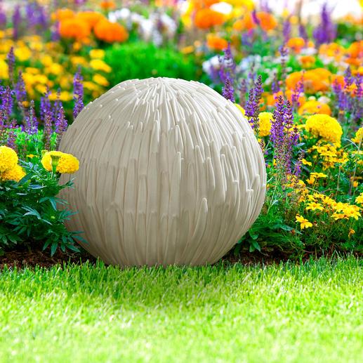 In vielen Kulturkreisen Asiens wird die Chrysantheme verehrt. In China z.B. gilt sie als Sinnbild für langes Leben, Bescheidenheit und den Erhalt der Schönheit. In Japan ist die Chrysantheme sogar nationales Symbol: Die gelbe Blüte steht für Sonne und Licht.