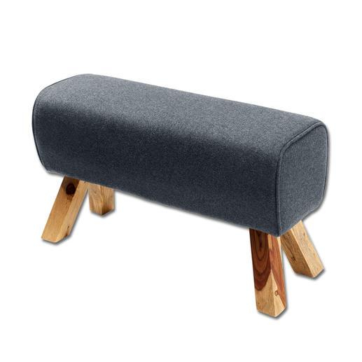 Sitzbock - Extrem bequem und vielseitig erinnert der Sitzbock an das Sportgerät. Der Filz-Bezug verleiht dem Bock einen wohnlichen Charme.