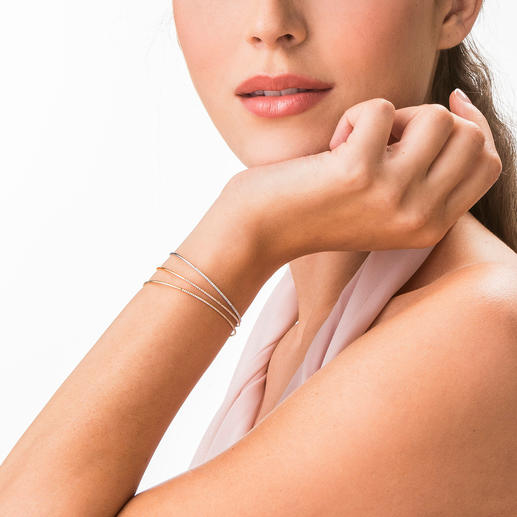 Brillant-Armspange Filigran, flexibel und haltbar gefasst: 18-karätiges Gelb-, Weiß- oder Roségold mit 53 funkelnden Brillanten.