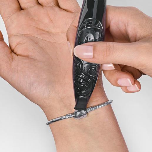 Ob Rechts- oder Linkshänder, das Armbandschließen ist kein Problem mehr.