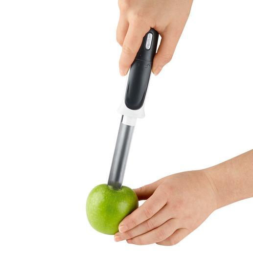 Mit etwas Druck die Edelstahlhülse mittig in den Apfel einstechen.