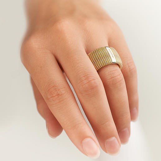 3D-Ring - Außergewöhnlich plastisch, unerwartet leicht: Silberschmuck in goldschimmernder Granulatstruktur.