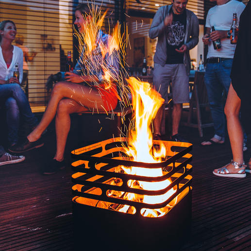 Zum Löschen der Flammen stellen Sie den Cube einfach auf den Kopf – die Flammen ersticken von ganz allein.