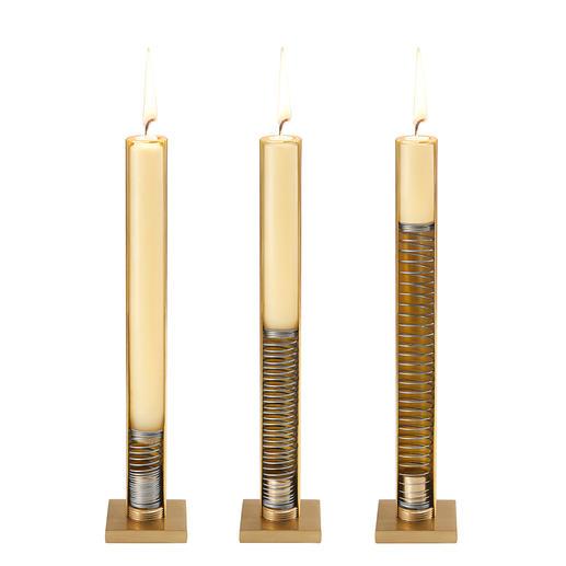 Eine Spiralfeder im Edelstahl-Korpus schiebt die Kerze mit sanftem Federdruck nach oben.