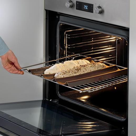 Mit dieser vorgeformten Silikon-Backmatte gelingen rundum knusprig gebackene Baguettes perfekt.