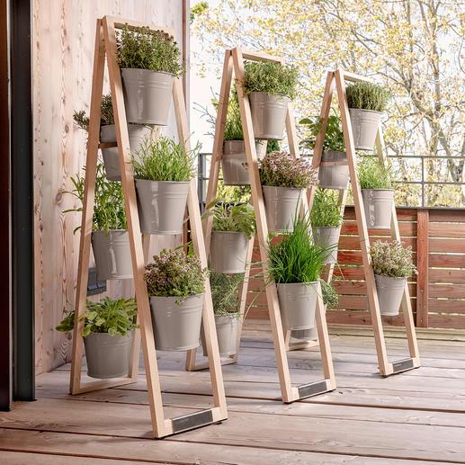 Gespreizt aufgestellt, hat die Holzleiter auf jedem ebenen Grund kippfesten Stand.