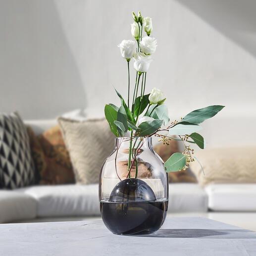 2in1-Vase Zwei Vasen in einer – perfekt für die verschiedensten Sträuße: Zeitlos modernes, bi-color Glasdesign, kunstvoll mundgeblasen – jede Vase ein Unikat.