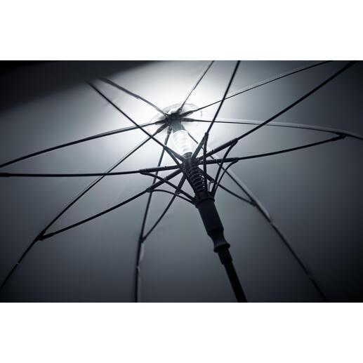 Beim Öffnen des Schirms schaltet sich die Beleuchtung automatisch ein und beim Schließen – oder auf Knopfdruck – wieder aus.