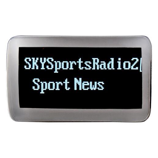 Das kristallklare OLED-Display zeigt Sendername, Senderinformationen und Akkustand an.