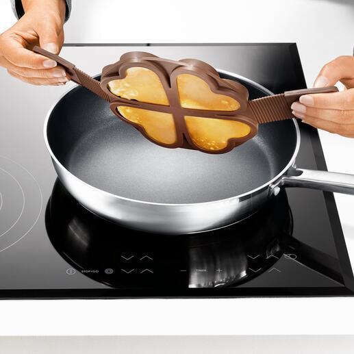 Mit einem Schwung wenden Sie alle vier Pancake-Herzen – gleichzeitig und sicher.