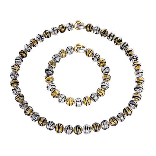 Murano-Perlenarmband oder -collier Venezianische Pracht: schimmerndes Gold und Silber, eingefangen von edlen Perlen aus Murano-Glas.