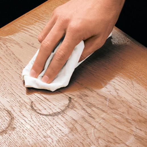 Bereits wenige Tropfen Ihres Möbel-Regenerators lassen Flecken und Grauschleier verschwinden.
