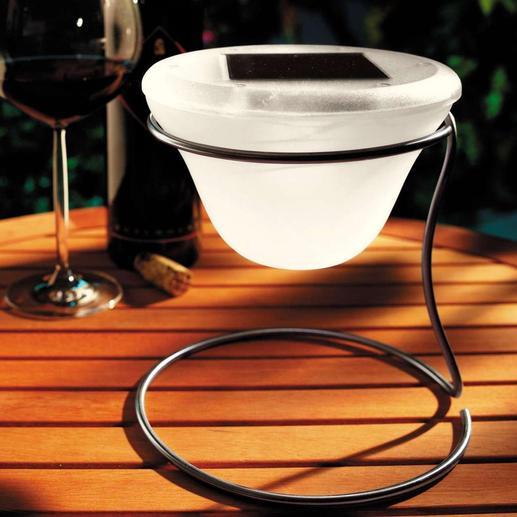 Auf dem Tisch in gemütlicher Runde oder in Ihren Beeten. Das Solar-Windlicht ist immer ein stilvoller Blickfang.