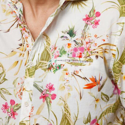 Hibiskus in Fuchsia, Orchideen in Pink, Strelitzien in Orange. Dazwischen sonnenbeschienene Palmenblätter in Gelb-Grün. Und eine diskret eingearbeitete Brusttasche.