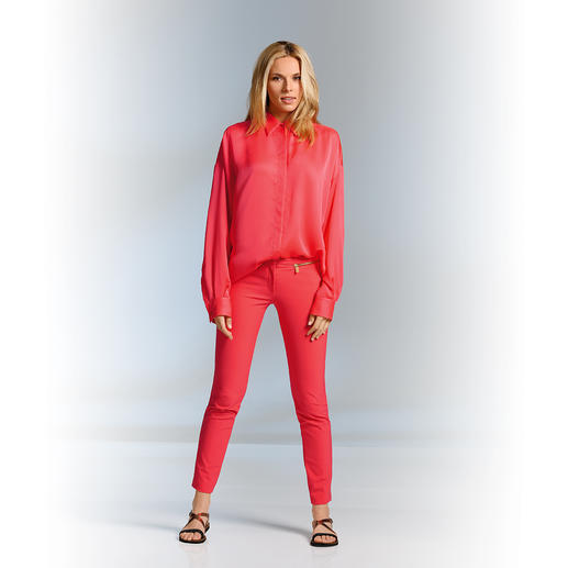 "Versace Collection Cigarette-Pants ""Coral"" Das neue Korallenrot – Ton-in-Ton perfekt gestyled. Von Versace Collection."