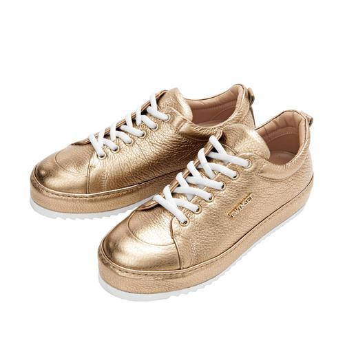 TWINSET Gold-Sneakers oder -Tasche Matt-Effekt und Crash-Optik: TWINSET setzt den Gold-Trend besonders stilvoll um.