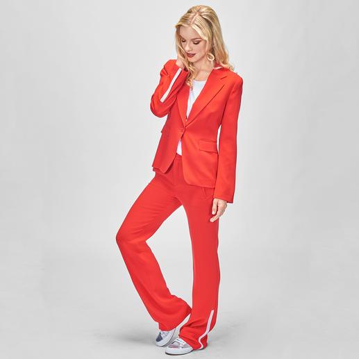 Strenesse Sporty Red Anzug Sporty-Details und die Trendfarbe Rot machen den Erfolgs-Hosenanzug von Strenesse zum Mode-Must-have 2018.