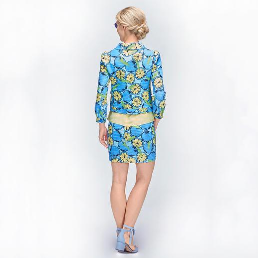 Boutique Moschino Schluppen-Top, Zitronen-Kostüm-Jacke oder -Rock Frucht-Couture: Mit eingewebten Zitronen macht Boutique Moschino das klassische Bouclé-Kostüm zum Mode-Highlight 2018.