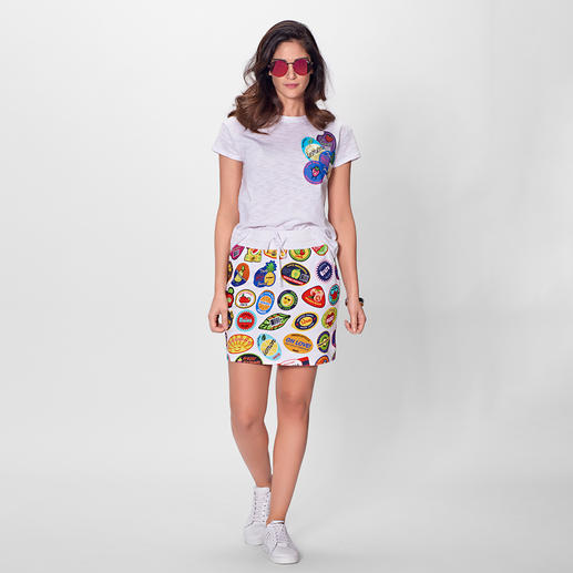 Love Moschino Sticker-Shirt oder -Sweat-Rock - Love Moschinos Beitrag zum Sporty-Trend flasht mit allen wichtigen Saisonfarben.