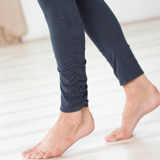 Stilvolles Detail: Ihre Yoga-Leggings sind an den Unterschenkeln dezent gerafft.