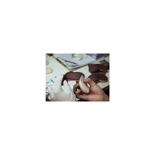 Die fertige Coin Case-Form wird dann mit Naturfarbe bemalt und durch eine Versiegelung dauerhaft geschützt.