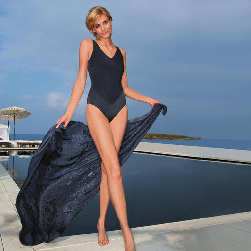 Schwarzer Badeanzug Sitzt perfekt und schmeichelt Ihrer Figur.