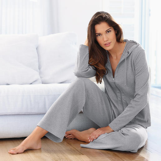 Mal tragen Sie den Homesuit mit grau-weiß geringelter Jacke… und mal mit uni grauer Seite Ton in Ton.