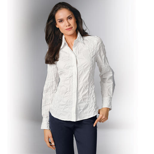 Stickerei-Batistbluse Bitte niemals bügeln: Die klassische weiße Bluse aus edlem Batist, allover bestickt.