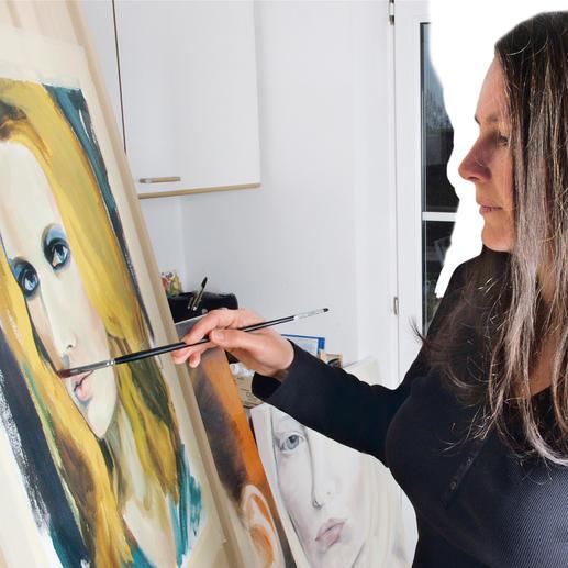 Am Anfang steht die Print-Vorlage: Bevor das Portrait-Tuch in präziser Digitaltechnik bedruckt wird, kreiert Zsuzsa Szvath ein kunstvolles Acrylgemälde. Die im fränkischen Schwarzach lebende Designerinzeigt dabei eine große Leidenschaft für Farben und Schattierungen.
