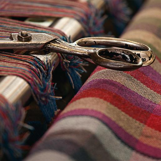 Schon im Mittelalter wurde irischer Donegal-Tweed aufwändig von Hand gewebt. Die Manufaktur Magee pflegt diese traditionsreiche Handwerkskunst bis heute. Nach der Herstellung auf altbewährten Holz-Webstühlen wird der fertige Stoff im River Eske gewaschen. Sein torfhaltiges Wasser aus den Bluestack Mountains macht Ihren Blazer unvergleichlich weich.