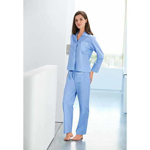 Novila Pünktchen-Pyjama - Der NOVILA Pünktchen-Pyjama aus feinem Baumwoll-Satin. Der Pyjama für den ersten guten Eindruck am Morgen.