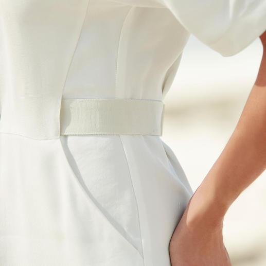 Mit dem 3-fach verstellbaren Gürtel bringen Sie das Kleid auf Taille – je nach Wunsch sichtbar oder versteckt.