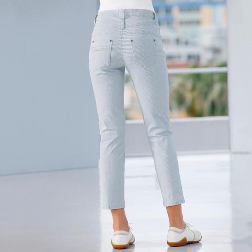 Flacher Bauch. Fester Po. Schlanke Taille. Die figurformende Magic-Jeans in neuer 7/8-Länge und sommerfrischem Streifen-Dessin.