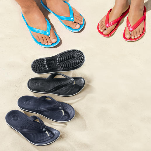Crocs™ Strand-Flips Endlich Strand-Flips mit bequemem Fußbett. Superweich. Sanft dämpfend. Und ultraleicht. Von Crocs™.
