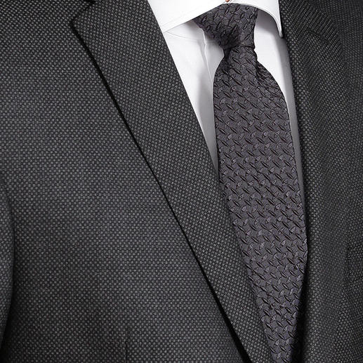 Ascot Relief-Krawatte So schlicht und doch so außergewöhnlich: die 3D-Krawatte mit Kalander-Relief. Aus 100 % Seide.