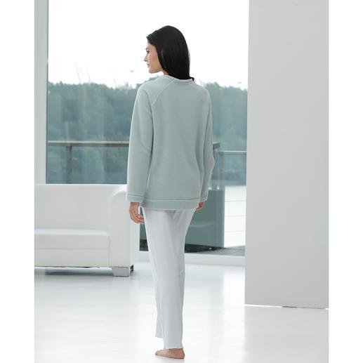 Modern-Loungewear-Anzug Zeitgemäß in Schnitt und Material: Fleece-Sweater und MicroModal®-Hose aus dem Atelier von Cornelie Weiss, Düsseldorf.
