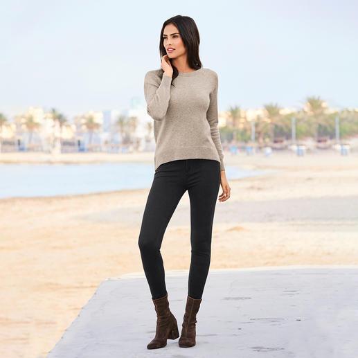 Woll-Kaschmir-Pullover So raffiniert sind nur ganz wenige Woll-Kaschmir-Pullover. Verlängerter Rücken mit Diagonalrippen. Raglanärmel. Abgerundeter Saum.