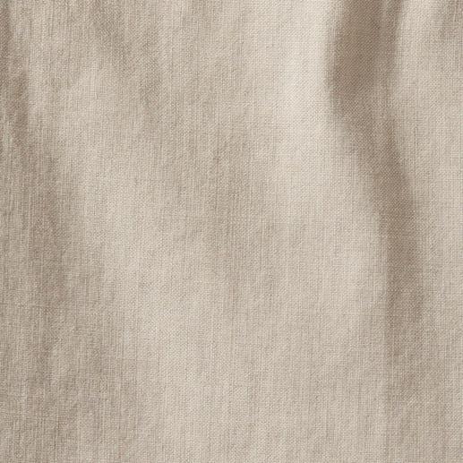 Das kühle, leicht fließende Leinen in der Farbe Oatmeal passt zu allem – quer durch Ihren Kleiderschrank.