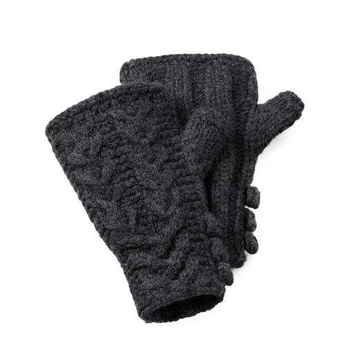 Die handgestrickten Pulswärmer aus robuster, wärmender Lambswool. Mit traditionellem schottischen Zopfmuster. Jeder ein Unikat.