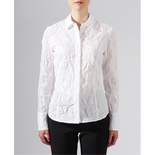 Batist-Stickereibluse Die klassische weiße Bluse aus edlem Batist, allover bestickt.