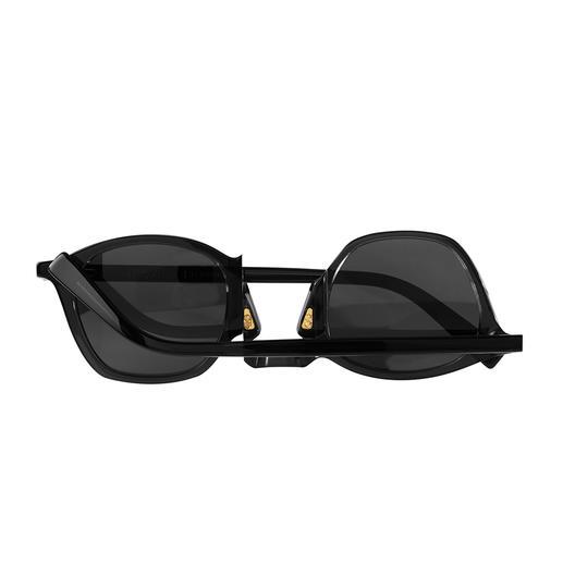 Perfekter Schutz: Eine 180°-Drehung am Brillensteg genügt – und die Bügel können von beiden Seiten über die Linsen geklappt werden.