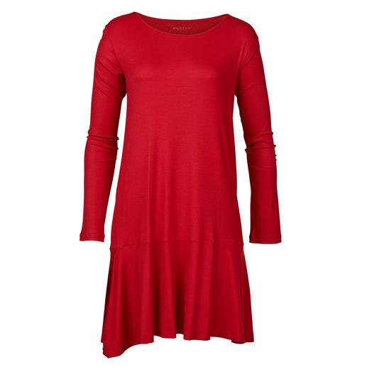 Das Nachtkleid im femininen Clean-Chic: chic genug für den Frühstückstisch Modisches Rot. Schwingender Volant. Seidiger Glanz. Von Novila.