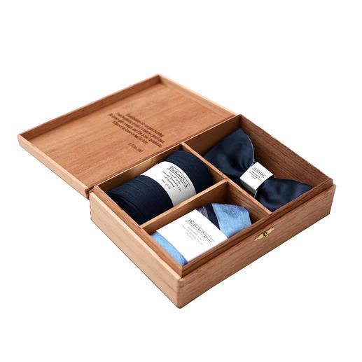 Gentleman's Agreement Accessoires-Box Die vielseitige Kombination aus Wende-Schleife, Socken und Einstecktuch. Von Gentleman's Agreement.