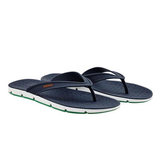 """Rundum Open-Air für Ihre Füße. Die Badesandale """"Breeze"""" bringt sogar Luft von unten an Ihre Sohlen. Rundum Open-Air für Ihre Füße."""