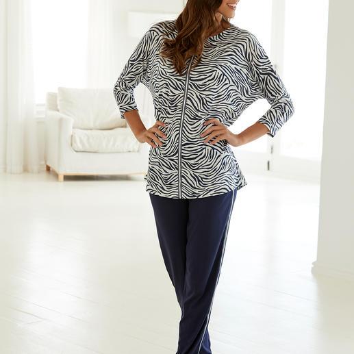 """Hutschreuther Pyjama """"Blue Zebra"""" Modischer als die meisten Pyjamas. Oversize-Schnitt. Animal-Print. Galonstreifen."""