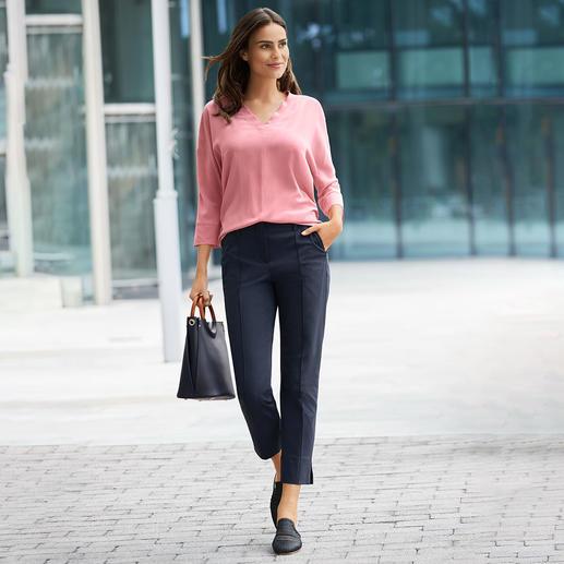 "Sportiver Schnitt. Elegantes Material. Strenesse hat die perfekte Bluse zum Thema ""Sporty-Elegance"". Die Seiden-Shirt-Bluse von Strenesse: Sportiver Schnitt. Elegantes Material"