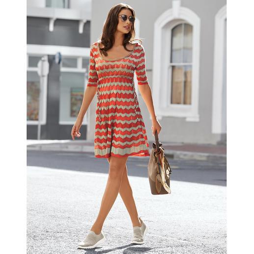 M Missoni Zick-Zack-Strickkleid M Missonis Zick-Zack-Strickklassiker in modisch frischen Sommer-Farben. Perfekte Kleiderform. Luftig leichter Strick.