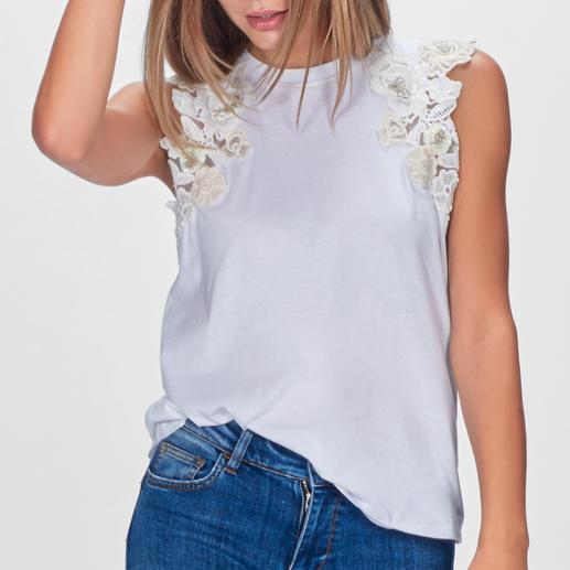 Nicht einfach nur weiße Basics – selten feminin mit Blütenmotiven dekoriert. Von TWINSET. Nicht einfach nur weiße Basics – selten feminin mit Blütenmotiven dekoriert. Von TWINSET